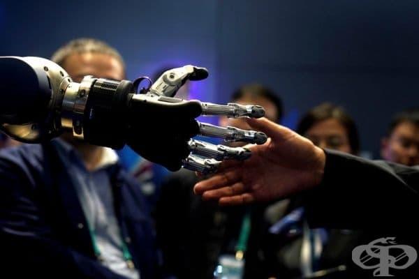 Човек, който се ръкува с помощта на протеза.