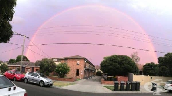 Дъга купол, която се издига над небето в Австралия.