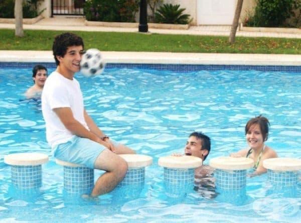 Интересно, след този удар момчето паднало ли е в басейна?
