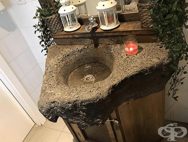 Тази мивка за баня е направена от вулканична лава.