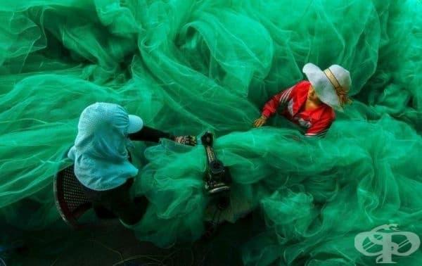 Ето как шият мрежа за риболов във Виетнам.