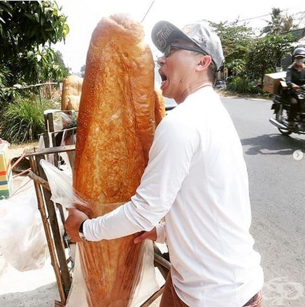 Гигантски хляб за многолюдни семейства. Това е An Giang и се продава във Виетнам. Хлябът е дълъг 1 метър и тези 2-3 кг. Много хора го купуват просто защото е уникално.
