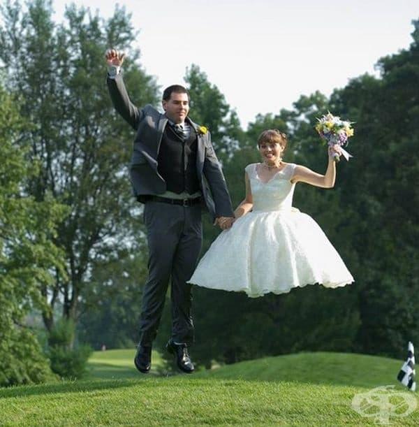 Снимка в скок и подобна сватбена рокля не се комбинират особено добре.