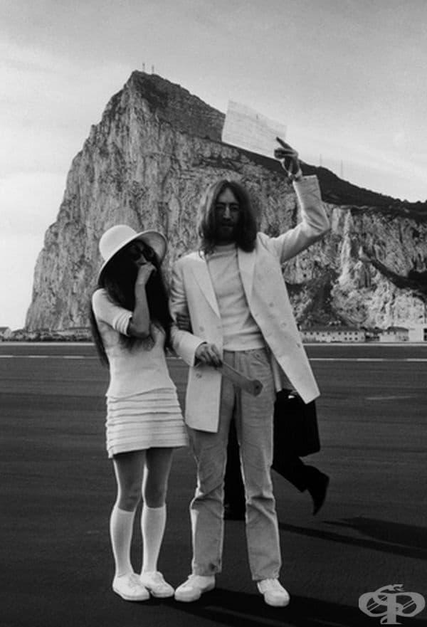 Йоко Оно, 1969г. Една нетрадиционна двойка като Йоко Оно и Джон Ленън избраха да облекат нетрадиционни дрехи за тяхната сватба. Оно разтърси тенденциите на десетилетието с мини пола, филцова шапка и чорапи до коляното.