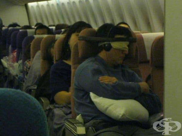 Този човек просто прикрепи главата си към седалката с колан.
