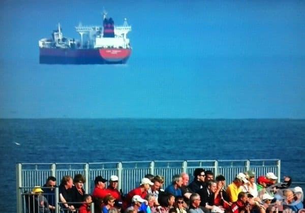 Този танкер сякаш виси във въздуха.