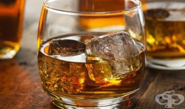 Алкохол. Водка, уиски, коняк или ром. Това са вариантите за облекчаване на зъбобол. Нужно е да се жабури устата известно време с алкохол, за да се намали дискомфорта.