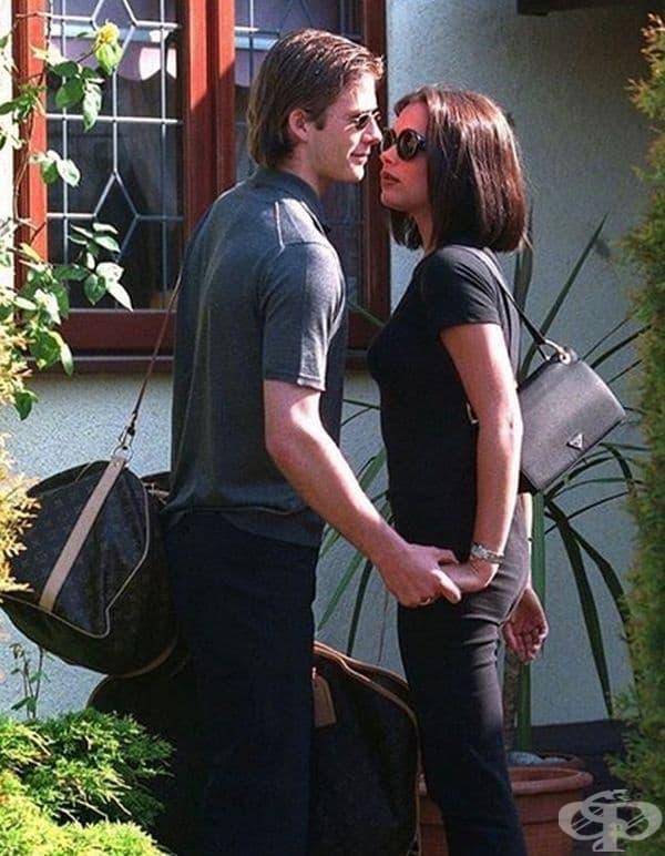 Дейвид Бекъм и Виктория Бекъм пред къщата на родителите на Виктория.