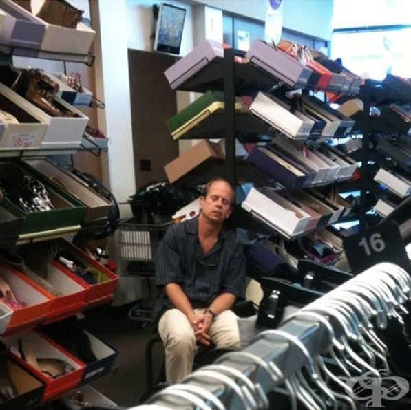 Скучаещи съпрузи в мола, които чакат жените им да приключат с покупките - 23 снимки от цял свят - изображение