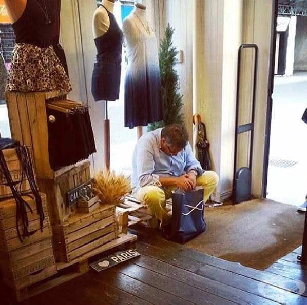 Скучаещи съпрузи в мола, които чакат жените им да приключат с покупките - 23 снимки от цял свят