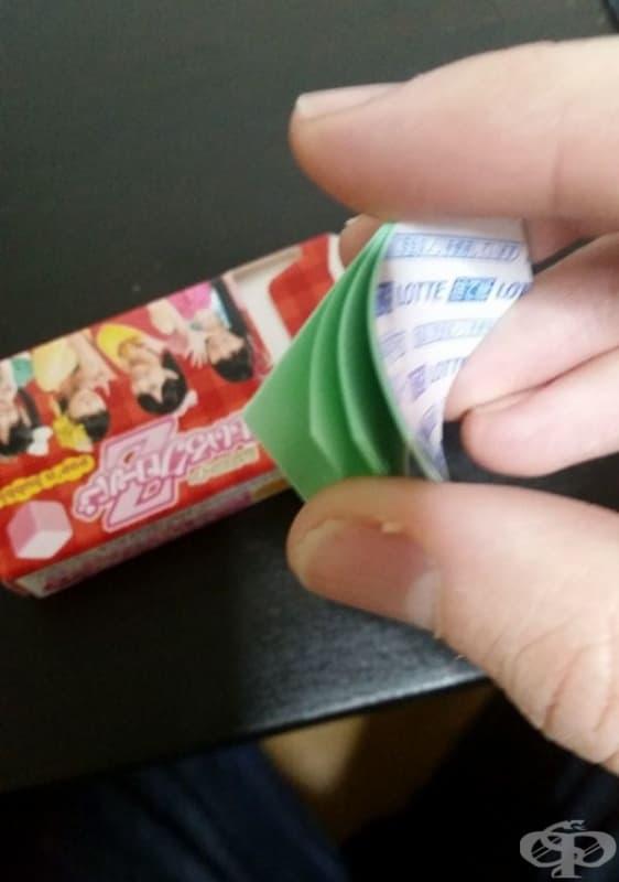 Пакет с дъвки, придружен от специални листчета за опаковане на дъвката, преди изхвърляне.