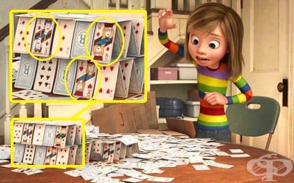 """""""Отвътре-навън"""": По-наблюдателните зрители вероятно са забелязали, че картите, които Райли използва, за да построи къща, изобразяват нейната майка (дама), баща (поп) и самата Райли."""