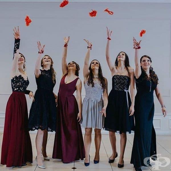 Завършващите дами трябва да бъдат елегантно облечени и задължително с червени жартиери.