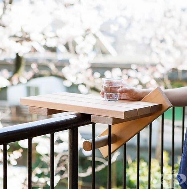 Ако имате малък балкон, на който няма място за маса, то тази дървена дъска е чудесно решение за вас.
