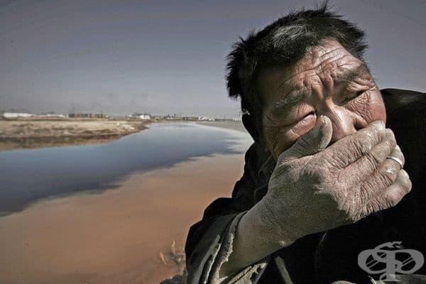 Жълтата река в Монголия миреше толкова силно, че е невъзможно да се стои до нея.
