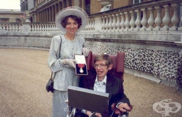 """През живота си Хокинг получава безброй награди, включително """"Орден на кавалерите на честта"""", връчен му от кралицата."""
