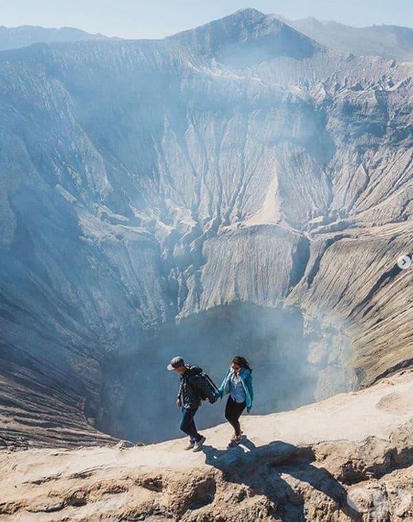 Земята наистина е жива. За твърдението може да се намери потвърждение в Индонезия, където се намира активния вулкан Mount Bromo. Той е висок 2 400 м. и покрива редовно любопитните туристи с пепел от главата до петите. Бихте ли погледнали надолу?