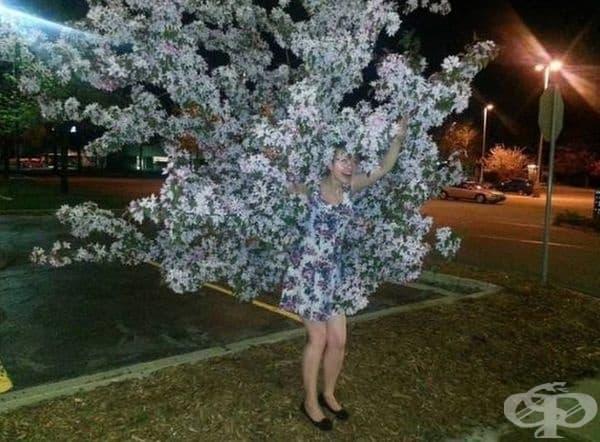 Тази жена сякаш излиза от цъфтящото дърво.