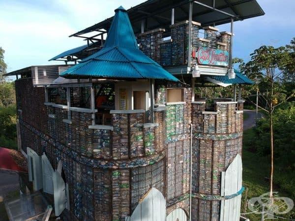 Пластмасовото селище предлага и престой в Plastic Castle