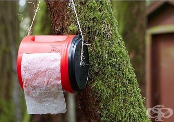 Един обикновен пластмасов контейнер може да съхрани тоалетната ви хартия суха и чиста.