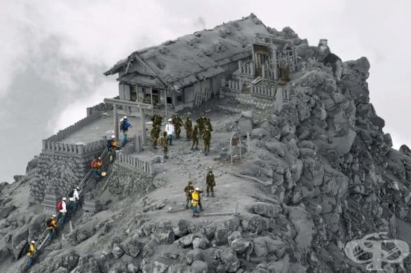 Храм, покрит с пепел от изригването на вулкана Онтаке, Япония.