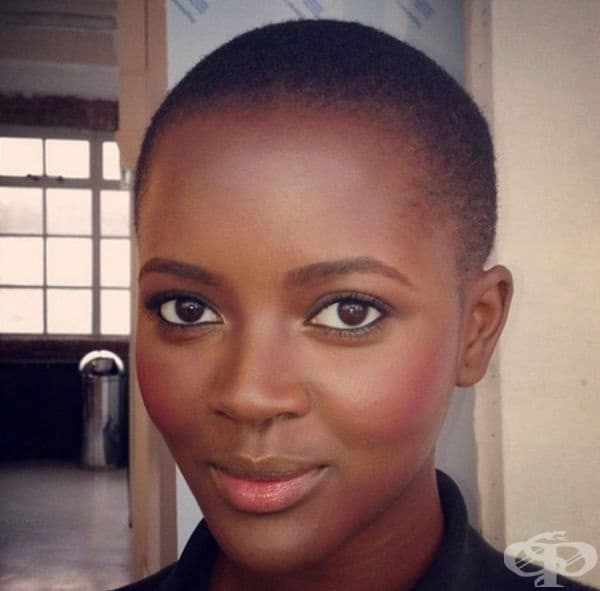Африканско момиче с уникално лице и изумително големи кафяви очи.