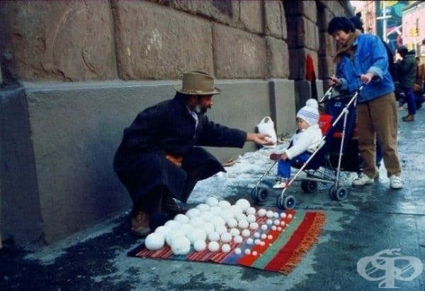 Мъж продава снежни топки 1983.