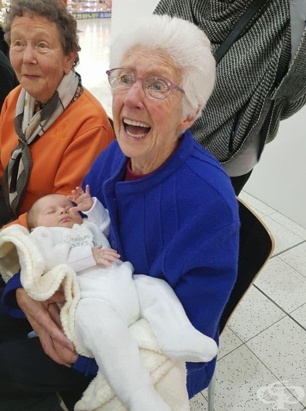 Тази жена се запознава със своя правнук за пръв път.