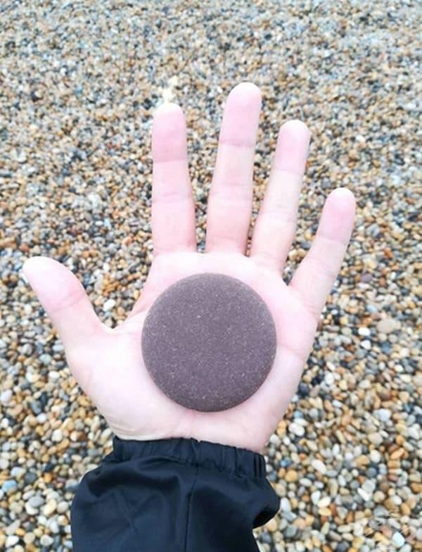 """""""Идеално оформено камъче открих на плажа."""""""