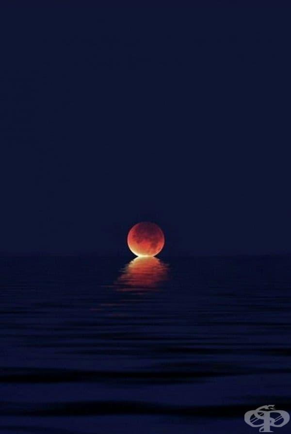 Когато луната целува небето.