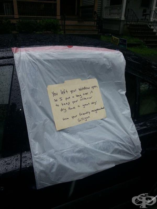Мъж предпазва колата на непознат от напълване с дъждовна вода.
