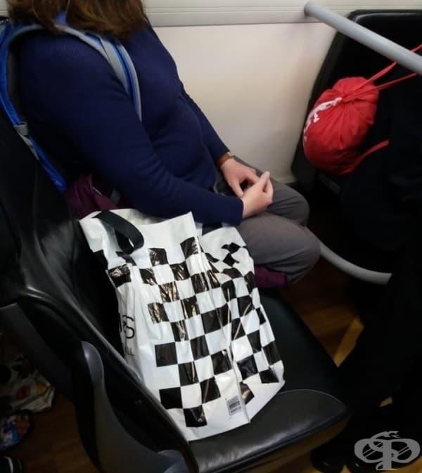 Автобусът е пълен. Има 10 души правостоящи. И тази жена сложи нещата си на седалката.