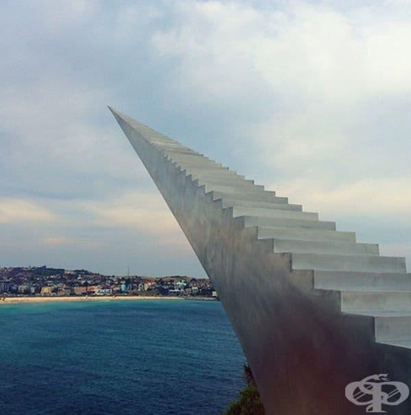 """Скулптурата на Дейвид Маккракен """"Стълбище към небесата"""" се намира в Австралия и всяко следващо стъпала е по-малко. Това създава илюзията, че стълбището е безкрайно."""