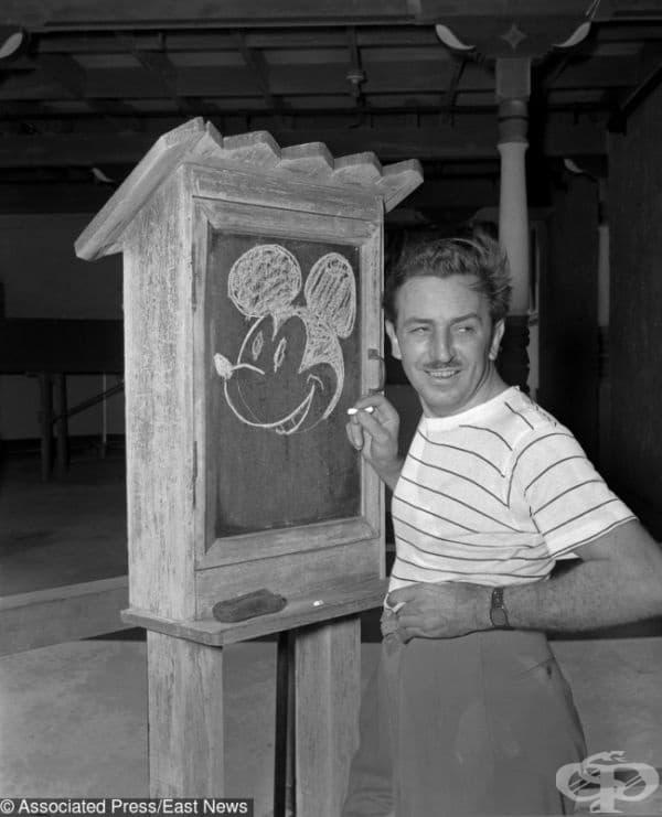 Уолт Дисни рисува Мики Маус.