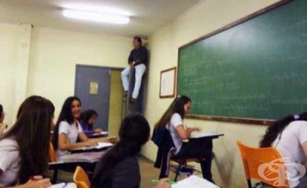 Учителят каза, че може да вижда по-добре зад чиновете по този начин.