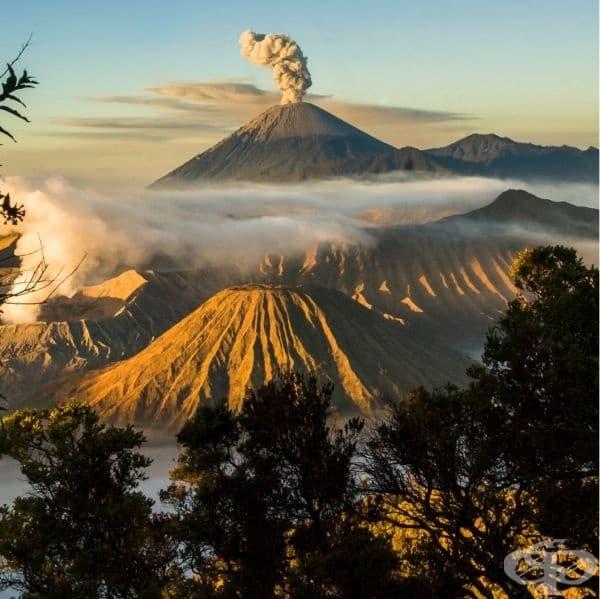 Планината Бромо е активен вулкан в Индонезия.