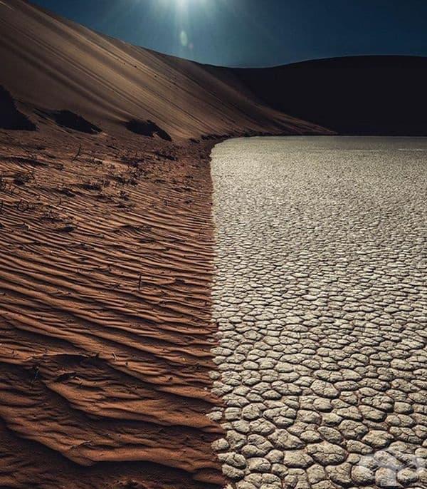 Рязък контраст между пясъчни дюни и изсъхнало езеро.