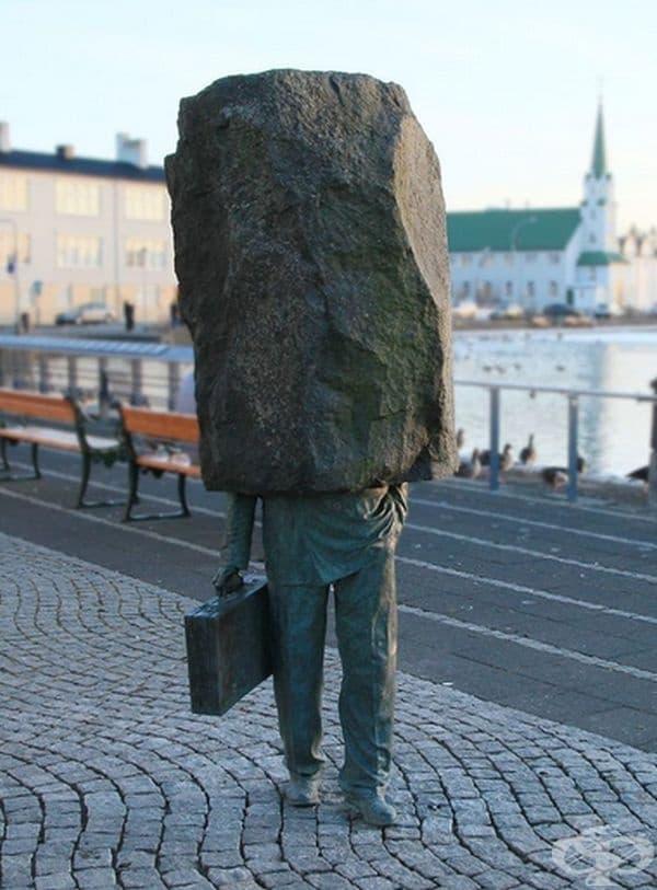 """""""Неизвестният чиновник"""" от Рейкявик, Исландия. Създадена е от Магнус Томмасон през 1994 г. от исландски вулканичен базалт."""
