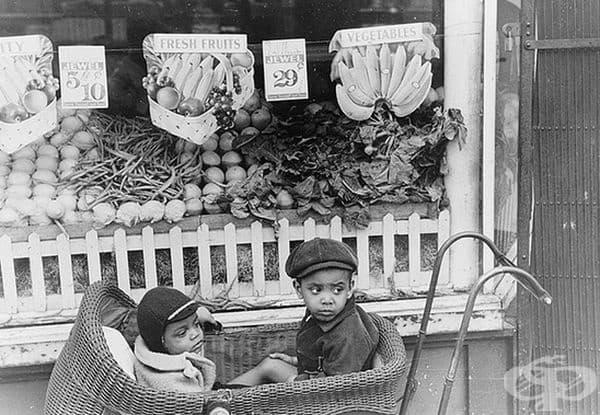 Деца пред хранителен магазин в Чикаго, Илинойс, 1941 г.