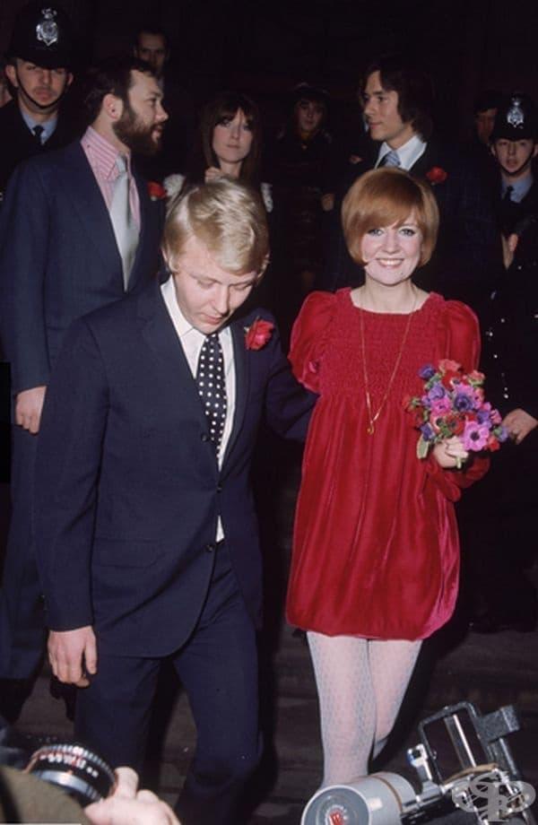 Сила Блек, 1969г. Английската звезда се появи на сватбата си с Боби Уилис с къса червена рокля от кадифе. Неочакваният избор явно им донесе късмет, защото двамата бяха женени повече от 30 години.