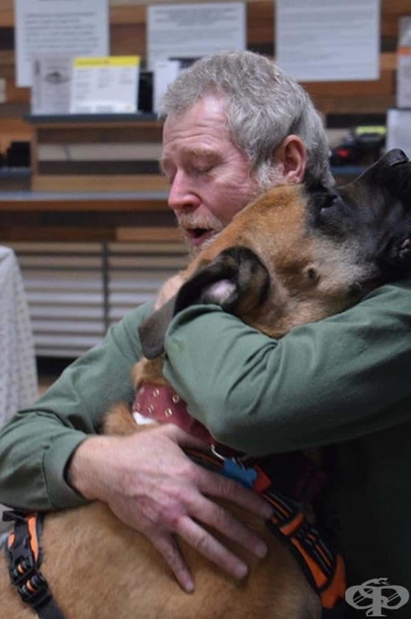 Този човек открива кучето си сред опустошителните пожари в Калифорния.