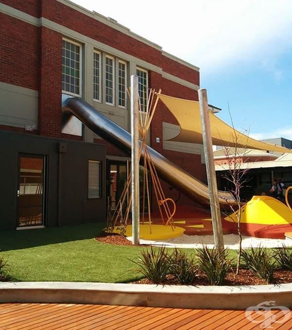 В това училище има тунел - пързалка, която води директно до детската площадка.