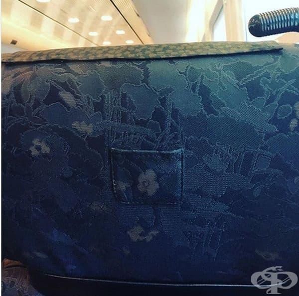 Малко джобче на задната седалка във влак, в което се поставят билетите за проверка.