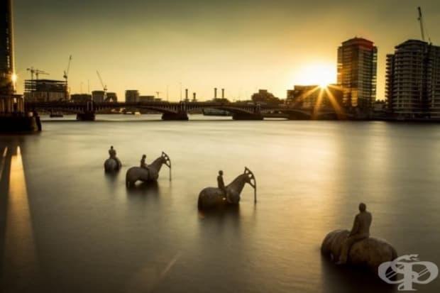 """Инсталацията """"Прииждащият прилив"""" на Джейсън Тейлър представлява 4 породисти коня, яздени от конници на Апокалипсиса. Главите на конете наподобяват нефтени разливи. Намират се в най-ниската точка на река Темза. (Местоположение: Лондон, Великобритания)"""