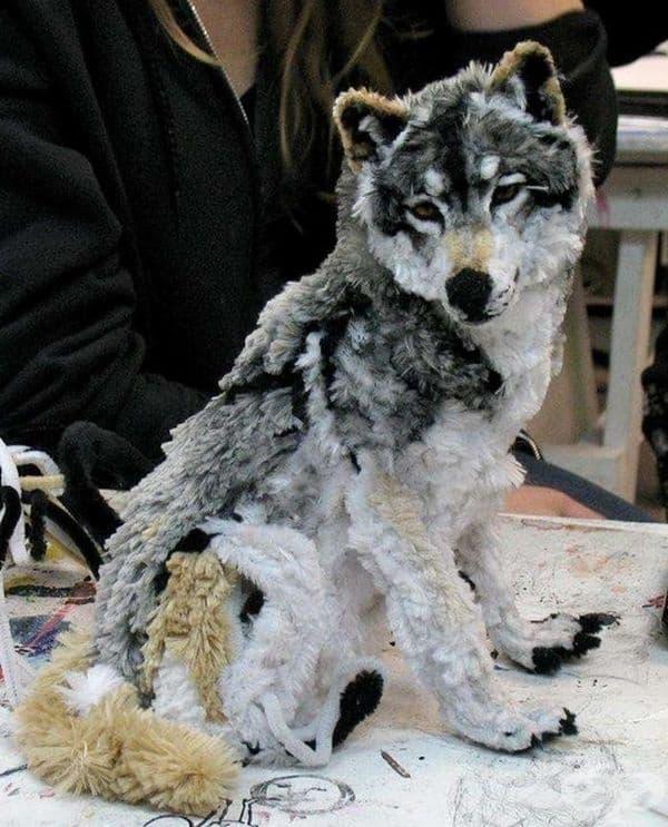 Това е вълк, изработен изцяло от тоалетни четки.