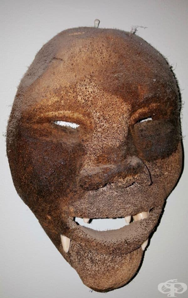 Тази маска е висяла на стената в дом на възрастни хора.