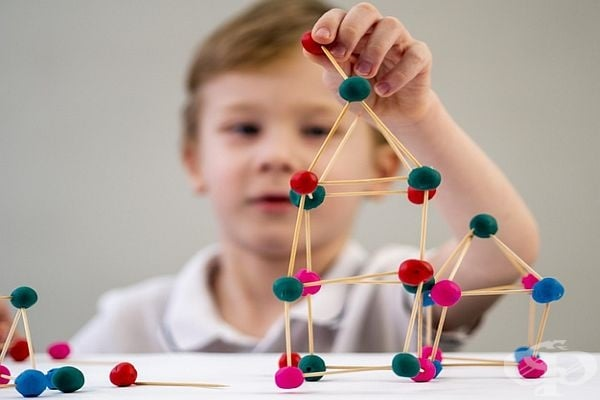 Друг вариант да ангажирате детето - клечки за зъби и топчета пластилин. Воала!