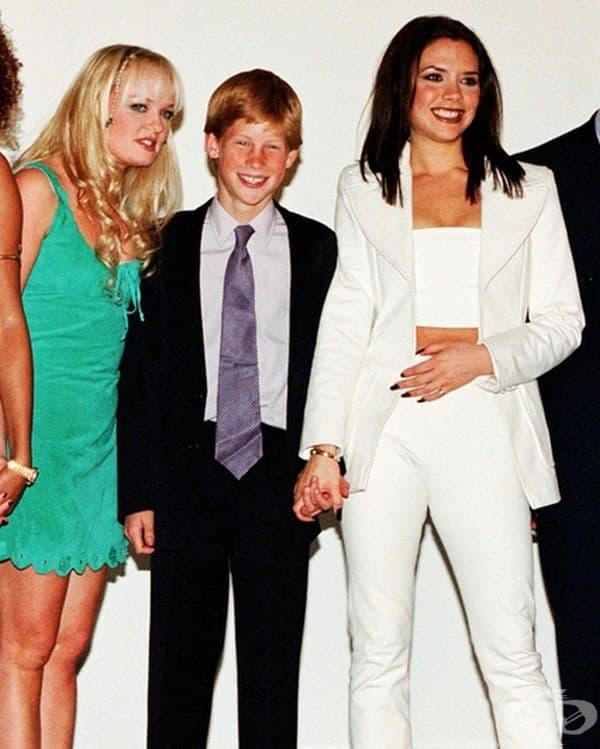 Принц Хари и Виктория Бекъм - държат ръцете си за снимка със Spice Girls през 1997 г.