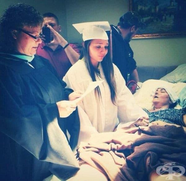 Момиче получава университетска степен от леглото на своята неизлечимо болна майка.