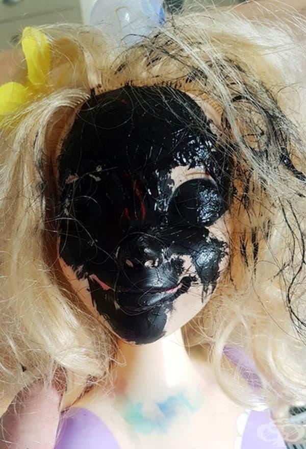 """""""Дъщеря ми реши, че куклата й ще изглежда добре боядисана в черно."""""""